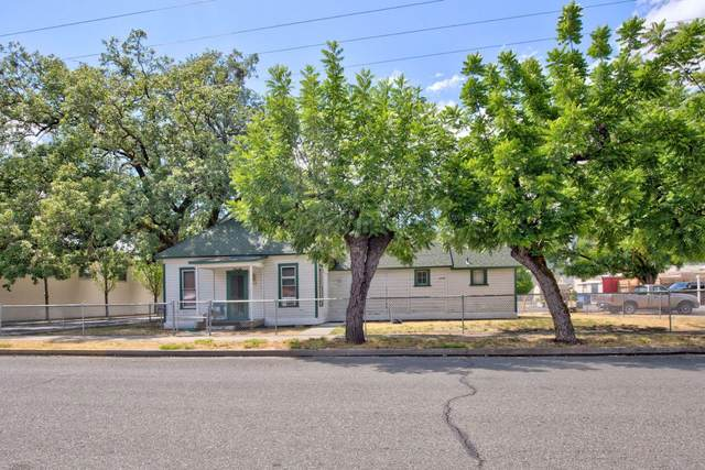 316 SE 8th Street, Grants Pass, OR 97526 (MLS #220134211) :: Vianet Realty