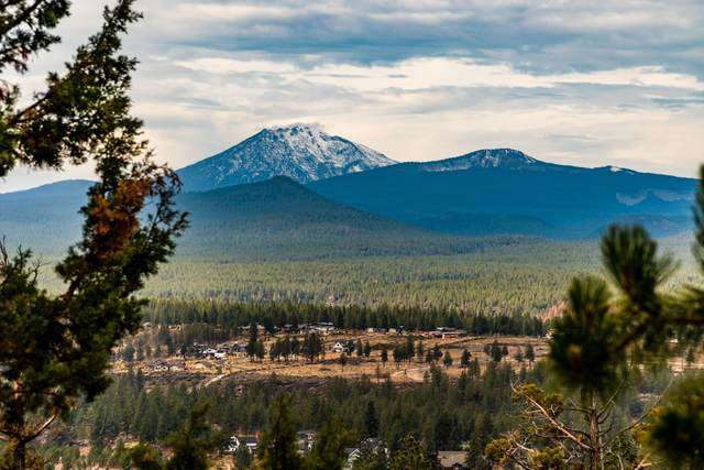 1961 NW Sun Ray Court, Bend, OR 97703 (MLS #220134332) :: Fred Real Estate Group of Central Oregon