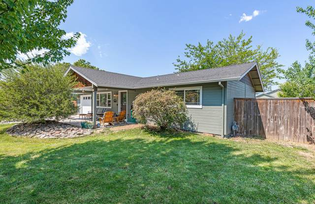 60 Cascade Court, White City, OR 97503 (MLS #220125480) :: Coldwell Banker Bain