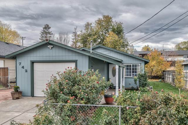 742 SW 2nd Street, Madras, OR 97741 (MLS #220134378) :: The Ladd Group