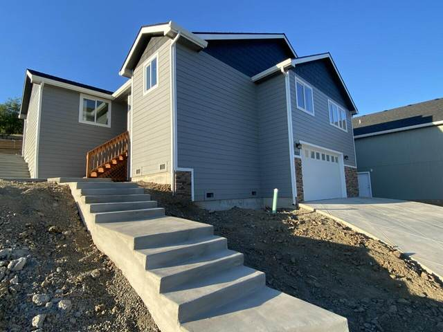 1035 Azure Way, Eagle Point, OR 97524 (MLS #220118148) :: Coldwell Banker Bain