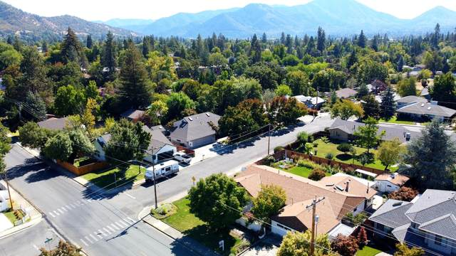 703 NW Midland Avenue, Grants Pass, OR 97526 (MLS #220129505) :: The Ladd Group