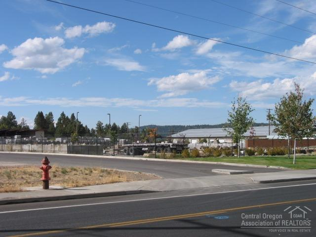 631 SE Woodland Boulevard, Bend, OR 97702 (MLS #201609783) :: Birtola Garmyn High Desert Realty