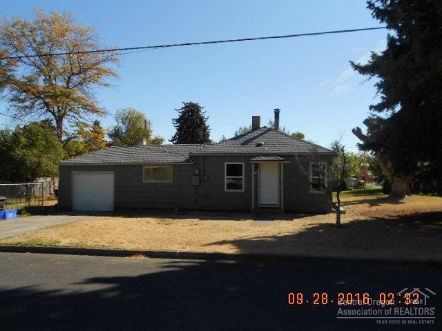 938 NW Elm Avenue, Redmond, OR 97756 (MLS #201610084) :: Birtola Garmyn High Desert Realty