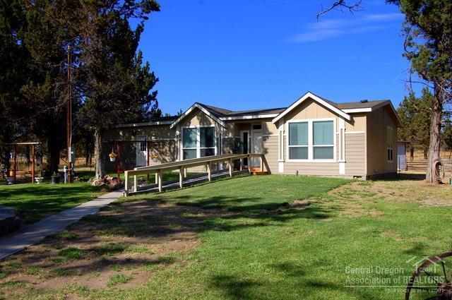 10074 SE Juniper Canyon Road, Prineville, OR 97754 (MLS #201709477) :: Fred Real Estate Group of Central Oregon