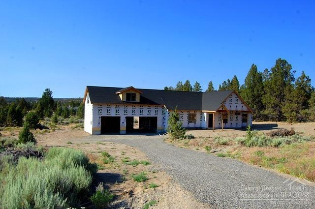 7207 SE Madison Avenue, Prineville, OR 97754 (MLS #201806986) :: Team Birtola | High Desert Realty