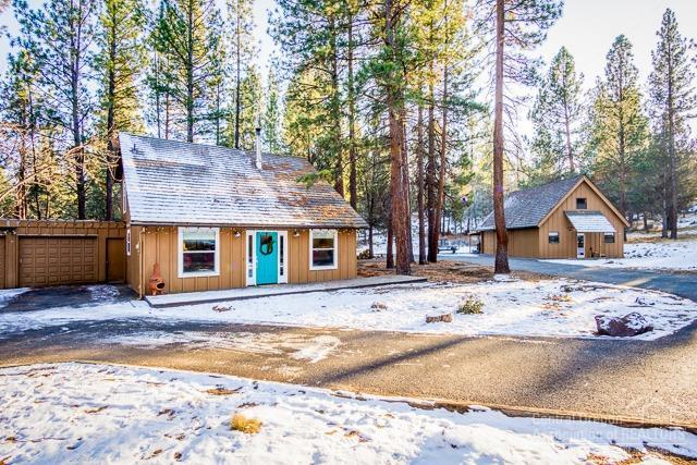 63380 Pine Knoll Circle, Bend, OR 97701 (MLS #201811516) :: The Ladd Group