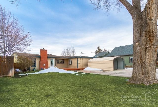 1637 NW Larch Avenue, Redmond, OR 97756 (MLS #201901874) :: Fred Real Estate Group of Central Oregon