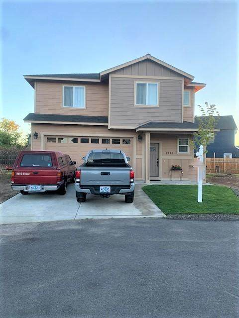 2225 NE Blackfoot Court, Redmond, OR 97756 (MLS #220102320) :: Coldwell Banker Bain