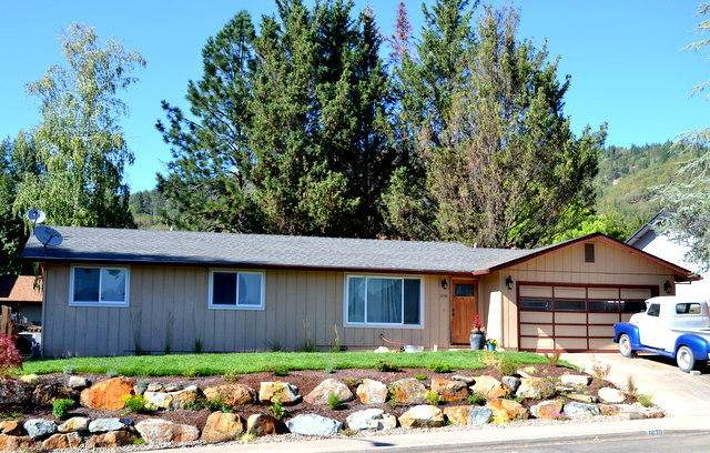 1030 NE Primrose Place, Grants Pass, OR 97526 (MLS #220106754) :: Berkshire Hathaway HomeServices Northwest Real Estate