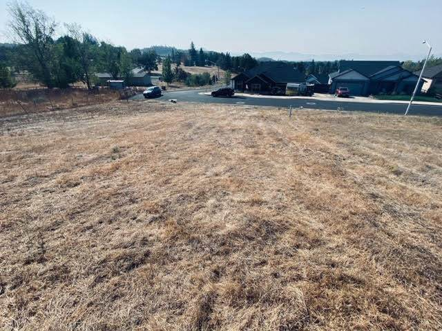 1059 Azure Way, Eagle Point, OR 97524 (MLS #220110397) :: Rutledge Property Group