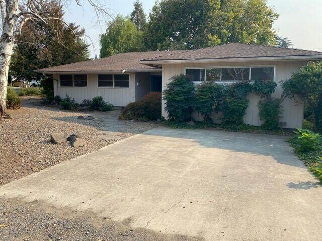 1732 Stratford Avenue, Medford, OR 97504 (MLS #220132217) :: Coldwell Banker Sun Country Realty, Inc.