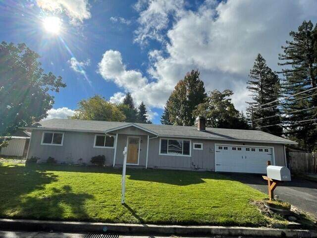 1015 Conestoga Drive, Grants Pass, OR 97527 (MLS #220134051) :: Coldwell Banker Sun Country Realty, Inc.