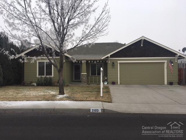 2102 NW Quince Avenue, Redmond, OR 97756 (MLS #201711745) :: Birtola Garmyn High Desert Realty