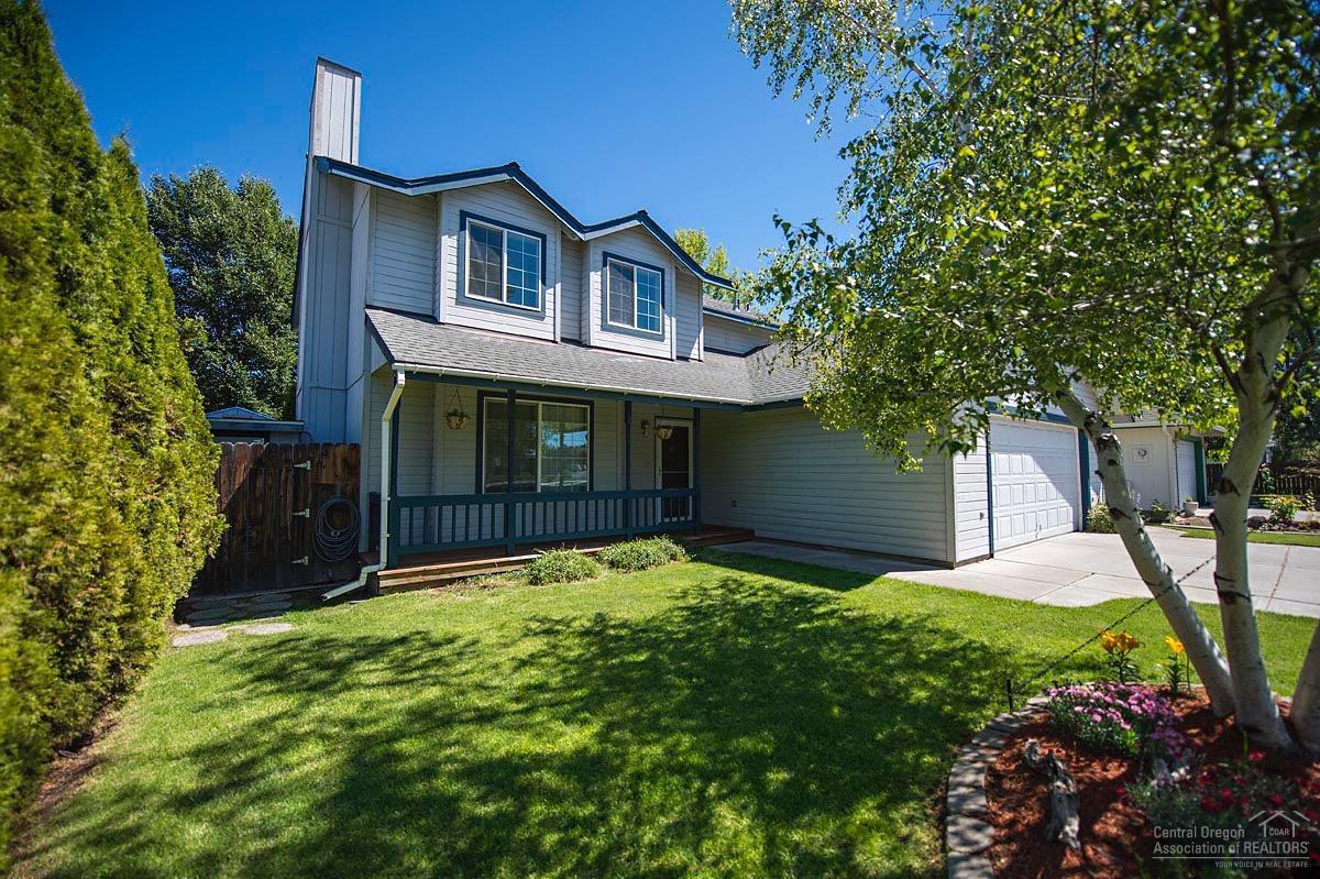 2043 NW Ivy Avenue, Redmond, OR 97756 (MLS #201606144) :: Birtola Garmyn High Desert Realty