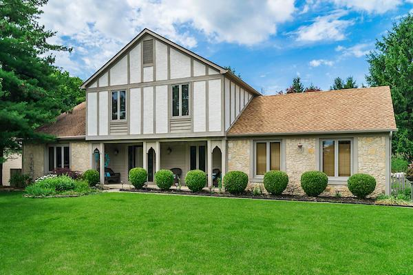 220 W Campus View Boulevard, Columbus, OH 43235 (MLS #218022239) :: Berkshire Hathaway HomeServices Crager Tobin Real Estate