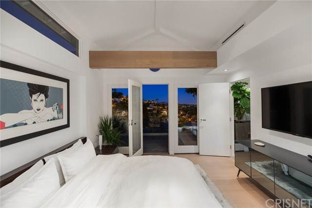 2071 Glencoe Way, Hollywood Hills, CA 90068 (#SR20102477) :: TruLine Realty