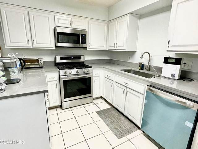 22038 Vanowen Street #101, Woodland Hills, CA 91303 (#221005550) :: The Bobnes Group Real Estate