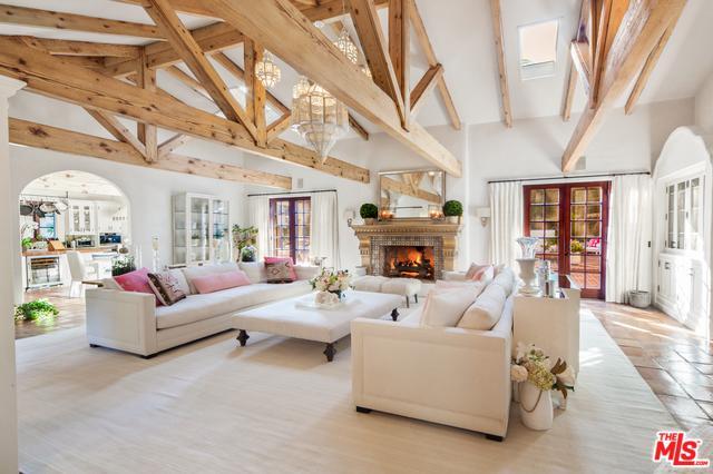 23155 Mariposa De Oro Street, Malibu, CA 90265 (MLS #19468300) :: Bennion Deville Homes