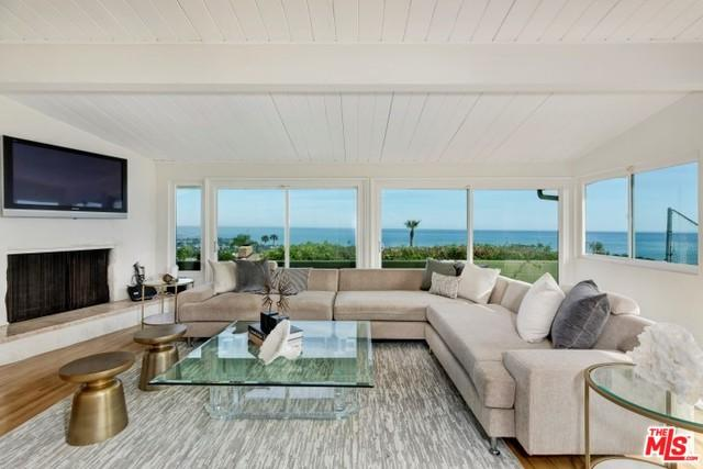 927 Glenhaven Drive, Pacific Palisades, CA 90272 (MLS #19478400) :: Desert Area Homes For Sale