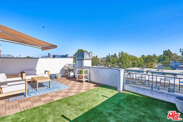 350 S Norton Avenue Ph3, Los Angeles (City), CA 90020 (MLS #19502854) :: The Jelmberg Team