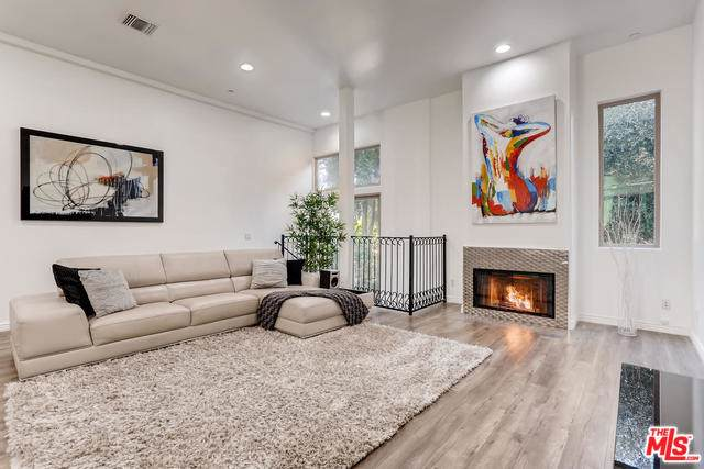 11444 Moorpark Street #104, Studio City, CA 91602 (MLS #19503060) :: Hacienda Group Inc