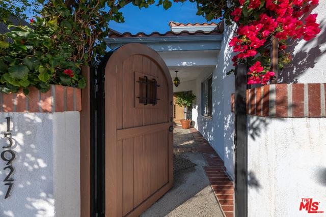 15927 Dickens Street, Encino, CA 91436 (MLS #19423944) :: The Sandi Phillips Team