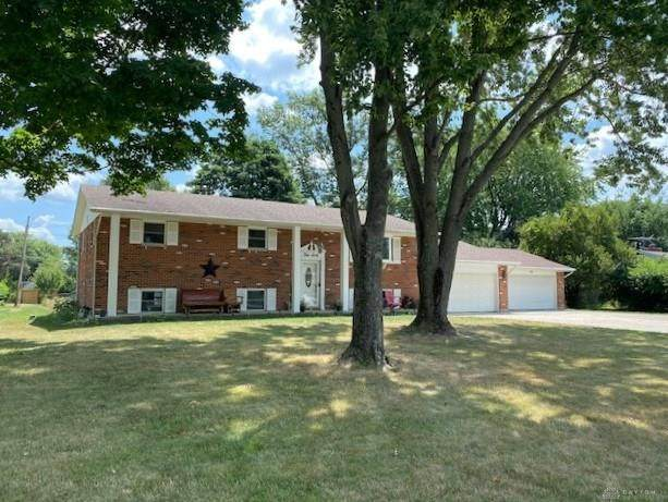 460 Coach Drive, Tipp City, OH 45371 (MLS #825249) :: The Westheimer Group