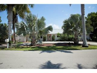 11800 Isle Of Palms Dr, Fort Myers Beach, FL 33931 (MLS #216054339) :: The New Home Spot, Inc.