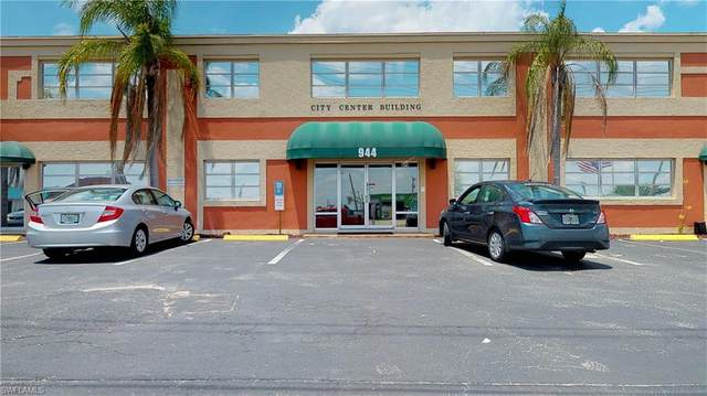 944 Country Club Boulevard, Cape Coral, FL 33990 (#220059692) :: Southwest Florida R.E. Group Inc