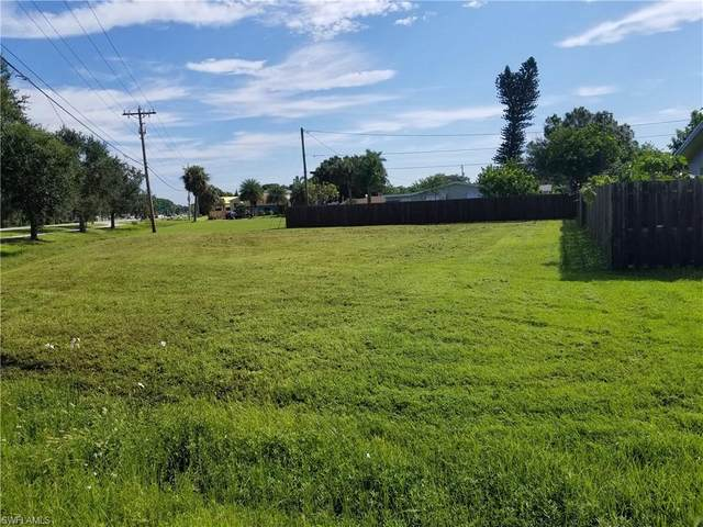 1402 Washington Drive, North Fort Myers, FL 33917 (#220064684) :: The Dellatorè Real Estate Group