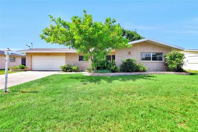 1113 Lincoln Court, Cape Coral, FL 33904 (#220039955) :: Caine Premier Properties
