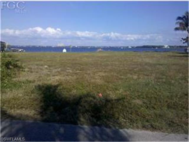 5773 Riverside Dr, Cape Coral, FL 33904 (MLS #214018831) :: The New Home Spot, Inc.