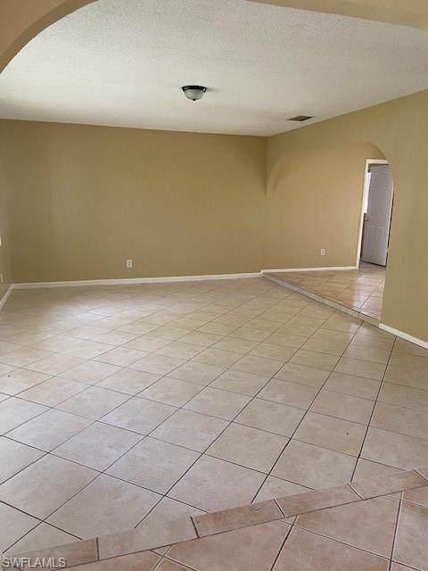 1146 SE 28th Terrace, Cape Coral, FL 33904 (MLS #221003440) :: Clausen Properties, Inc.