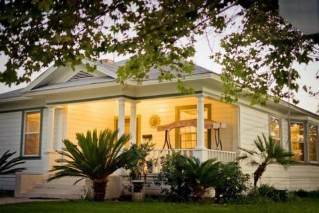 332 N 6th Street, Fowler, CA 93625 (#505589) :: Soledad Hernandez Group