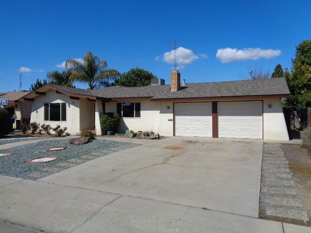 296 E Curtis Avenue, Reedley, CA 93654 (#499035) :: FresYes Realty