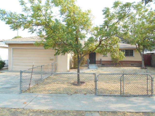 4004 E Bellaire Way, Fresno, CA 93726 (#508437) :: Soledad Hernandez Group