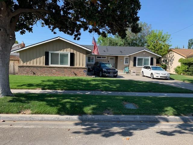 3319 E Hampton Way, Fresno, CA 93726 (#521959) :: FresYes Realty
