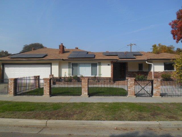 2015 E Dayton Avenue, Fresno, CA 93726 (#513376) :: FresYes Realty