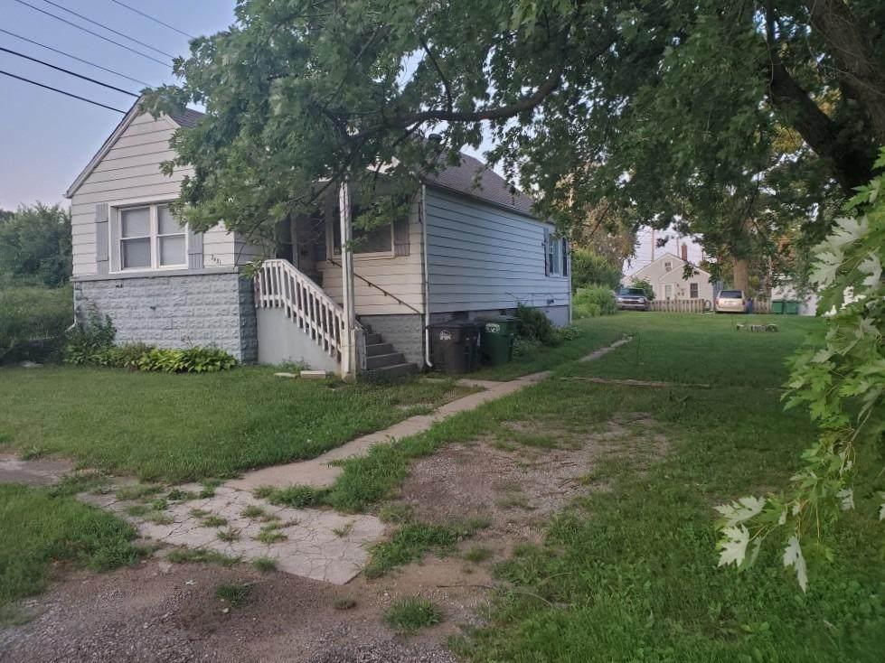 2431 Spencer Street - Photo 1