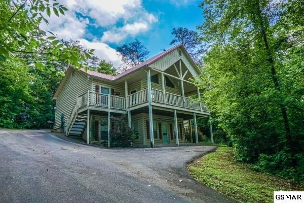 """616 Magic Kingdom Lane """"Bearly in The , Sevierville, TN 37876 (#208572) :: Colonial Real Estate"""