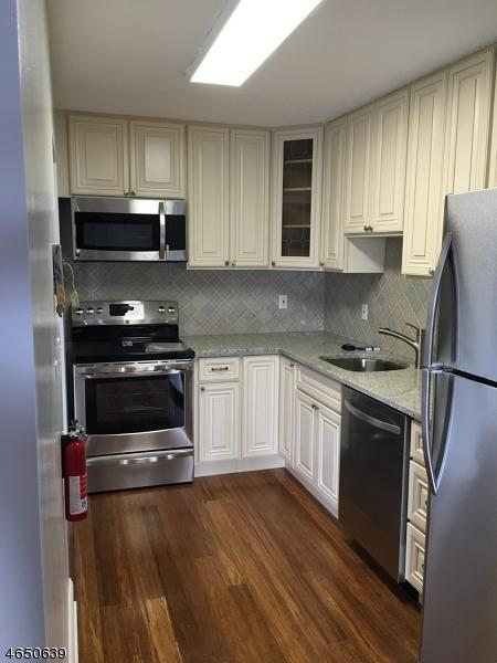 10 N Wood Ave, Unit 210 #210, Linden City, NJ 07036 (MLS #3361064) :: The Dekanski Home Selling Team