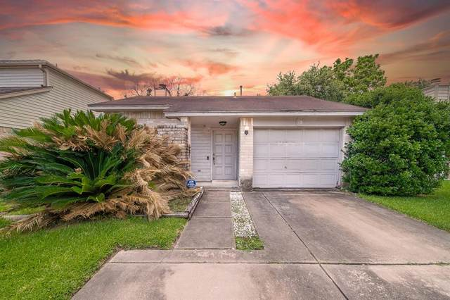 13 Crestbriar Court, Baytown, TX 77521 (MLS #16665243) :: The SOLD by George Team