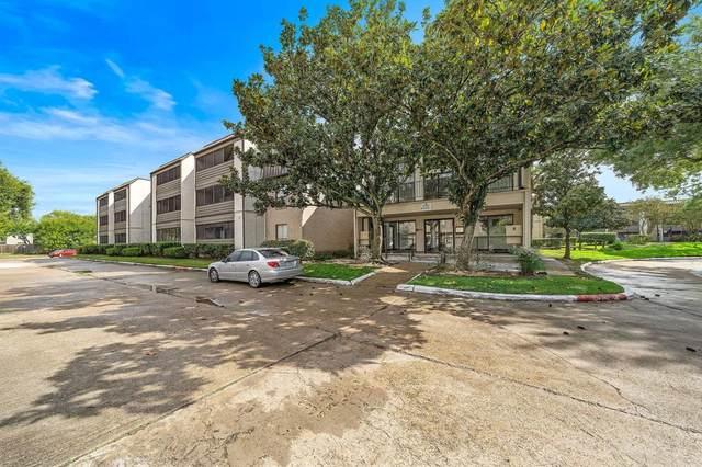 3025 Walnut Bend Lane #26, Houston, TX 77042 (MLS #24393637) :: The SOLD by George Team