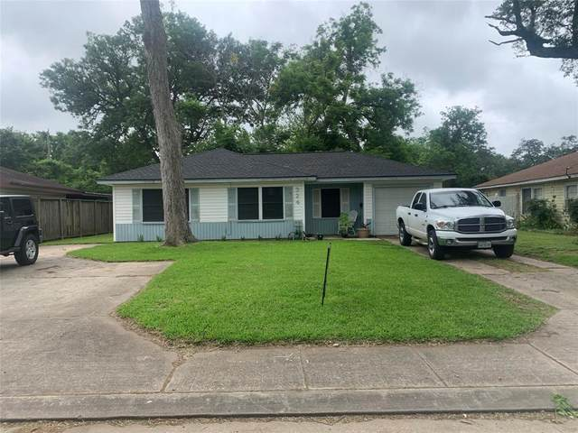 324 Acacia Street, Lake Jackson, TX 77566 (MLS #26254696) :: Michele Harmon Team