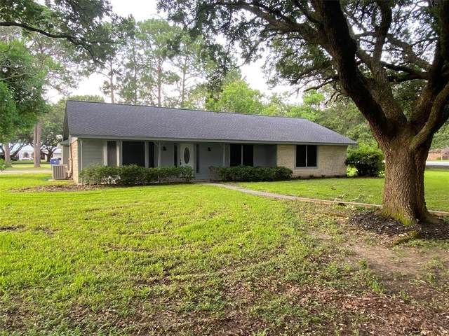 102 W Bronco Bend Street, Angleton, TX 77515 (MLS #44682958) :: The SOLD by George Team