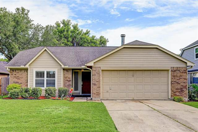 10935 Pinewood Court, La Porte, TX 77571 (MLS #48754637) :: The Queen Team