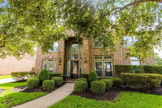 2002 Waters Edge Court, Pearland, TX 77584 (MLS #68736691) :: The Queen Team
