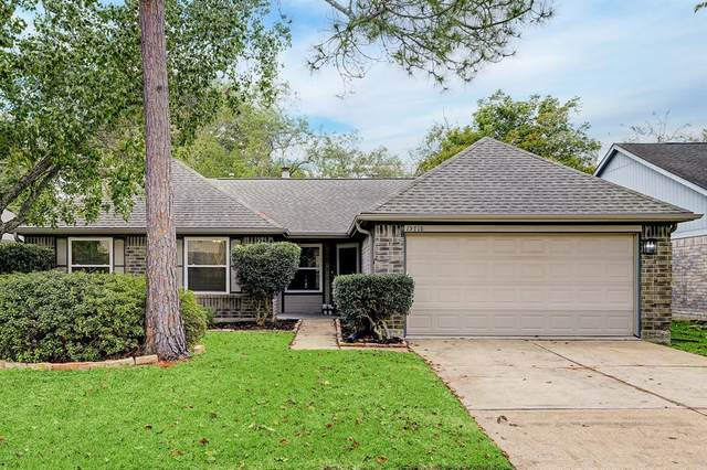 15718 Pilgrim Hall Drive, Friendswood, TX 77546 (MLS #74090371) :: Ellison Real Estate Team