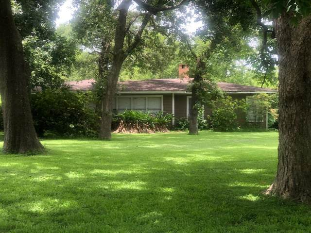 300 Lakewood Drive, Baytown, TX 77520 (MLS #74436705) :: My BCS Home Real Estate Group